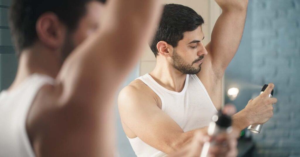 cara_menghilangkan_bau_badan_permanen_pria_dengan_deodoran