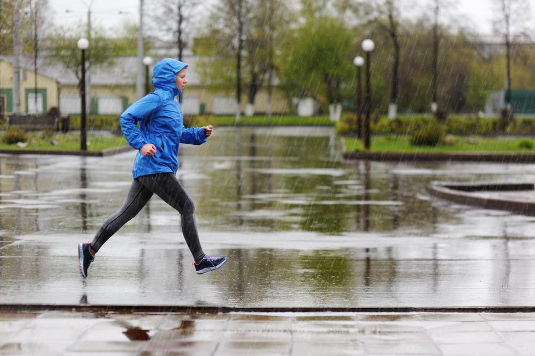 Tips Aman Menjalani Olahraga Lari Ketika Hujan Mengguyur - Gatsby