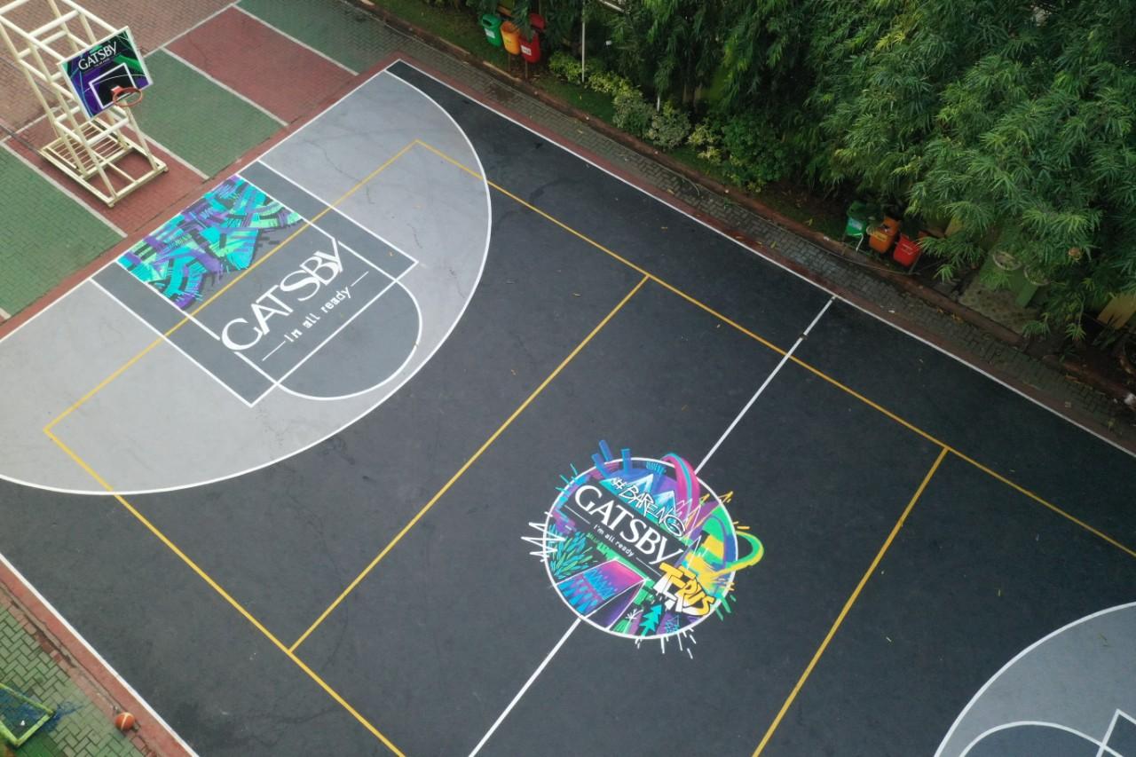 aktivitas anak muda dengan perawatan lapangan basket
